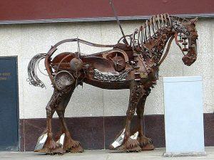 Häst av gamla plogar.